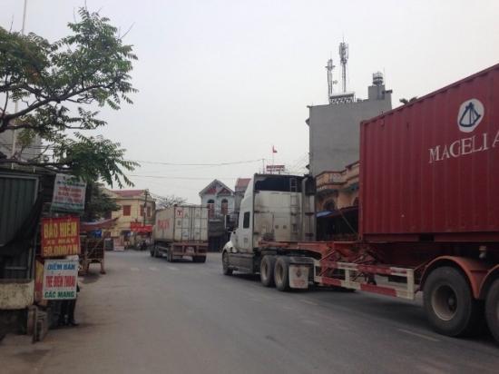Lái xe an toàn khi gặp xe container