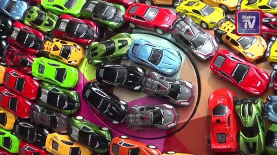 Trang trí xe  Jaguar S-Type bằng hàng nghìn xe đồ chơi 2