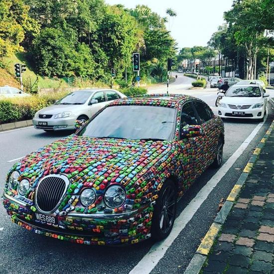 Trang trí xe  Jaguar S-Type bằng hàng nghìn xe đồ chơi 3