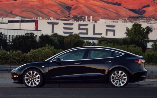 Xe Tesla Model 3 đầu tiên xuất xưởng
