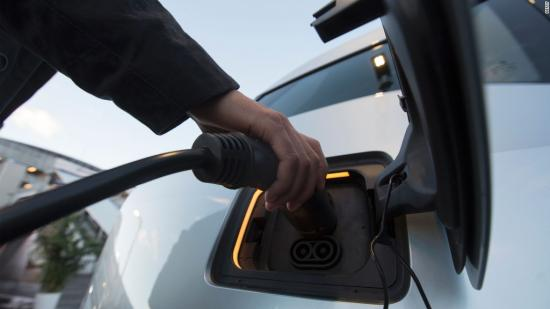Sau Pháp, Anh tuyên bố cấm xe xăng, diesel