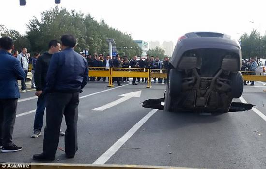 """Xe Rolls-Royce cắm đầu xuống """"hố tử thần""""2"""