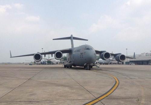 Máy bay Boeing chở hàng của Tổng thống Mỹ hạ cánh tại Nội Bài
