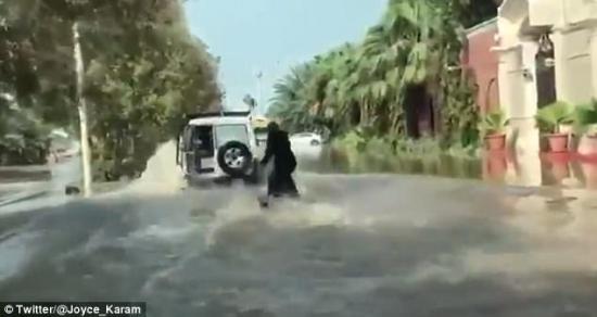 Lướt sóng trên đường ngập 1