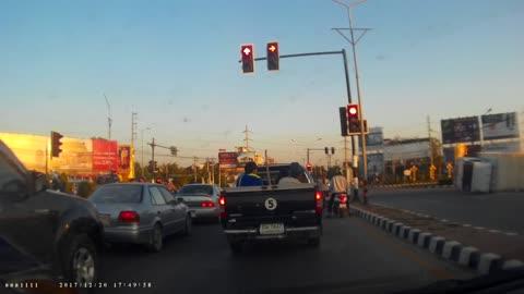 """Xe tải mất lái, """"hạ gục"""" cột đèn giao thông"""