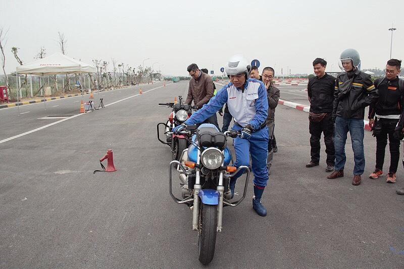biker-ha-noi-bo-tui-du-chieu-dieu-khien-moto-cua-honda-viet-nam-anh7