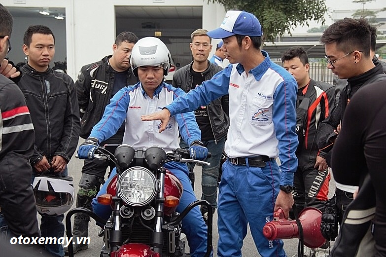 biker-ha-noi-bo-tui-du-chieu-dieu-khien-moto-cua-honda-viet-nam-anh8
