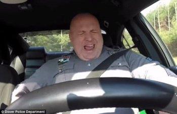 """Sĩ quan cảnh sát nghêu ngao """"Shake It Off"""" dậy sóng cộng đồng mạng"""