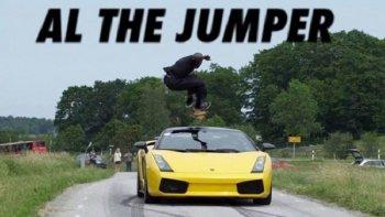 Chàng trai có sở thích nhảy qua đầu xe chạy tốc độ cao