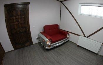 """""""Độ"""" xe Lada cũ thành ghế sofa"""