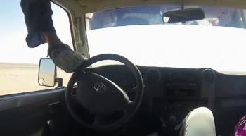 Lái  xe Toyota bằng chân