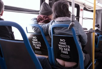 """Ghế ngồi xe bus khiến hành khách """"lộ hàng"""""""
