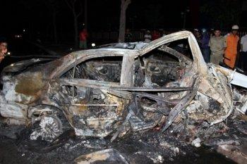 Toyota Camry đâm cột đèn bốc cháy, tài xế tử vong