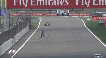 Người đàn ông liều chết chạy cắt ngang đường đua F1