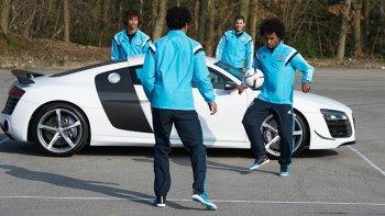 Cầu thủ Chelsea sút gãy gương Audi