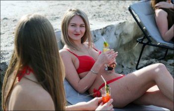 Diện bikini xuống phố kêu gọi nâng cấp đường sá