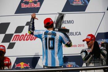 """Rossi chiến thắng sau khi Marquez """"đo đường"""""""