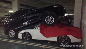 Lại nhầm chân phanh với chân ga, VW Touareg trèo lên nóc Porsche 911