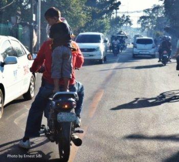 Philippines cấm chở trẻ nhỏ trên xe máy