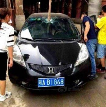 Honda Fit bị thanh sắt đâm xuyên khoang lái