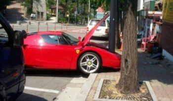 Ferrari Enzo 'toác đầu' vì đâm phải cột điện