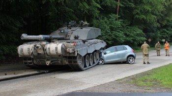 """Toyota Yaris ở Đức bẹp dí vì """"chọi"""" đầu với xe tăng"""