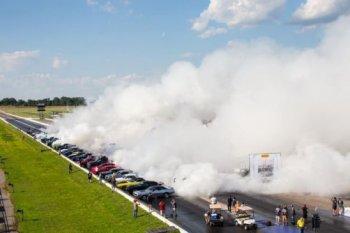 114 chiếc ôtô cùng đốt lốp xô đổ kỷ lục thế giới