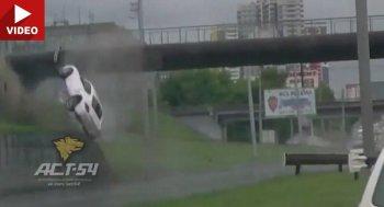 Va vào chân cầu, Porsche Cayman bay như trong phim