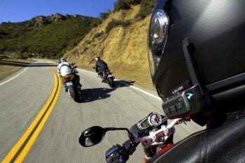 Đeo tai nghe khi đi xe máy sẽ phạm luật