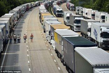 Hàng nghìn tài xế mắc kẹt trong ngày nóng nhất của năm