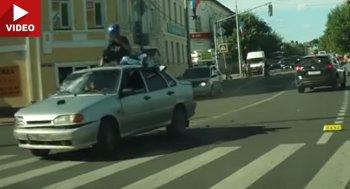 """Biker """"nhào lộn"""" trên nóc ôtô """"như xiếc"""""""