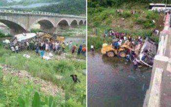 Xe bus rơi khỏi cầu, 11 người thiệt mạng