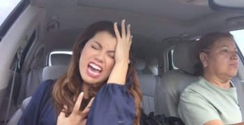 """Cô gái """"điên loạn"""" hát Bad Romance trong ô tô"""