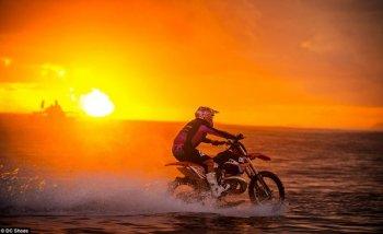 Mãn nhãn với màn cưỡi KTM 250 SX trên mặt biển Tahiti