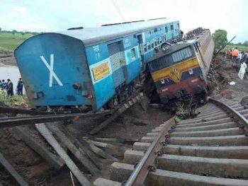 Lũ lụt, hàng chục người thiệt mạng vì tàu trật bánh