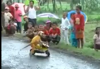 Khỉ giải trí bằng trò biểu diễn môtô
