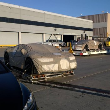 """Bắt gặp bộ đôi Bugatti Chiron """"âm thầm"""" rời Mỹ"""