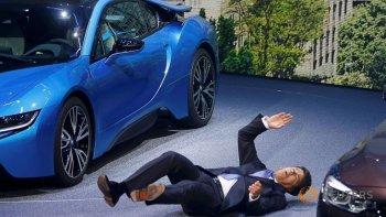 """CEO BMW """"ngất xỉu"""" tại Frankfurt Auto Show"""