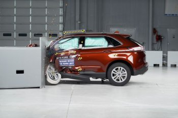 Ford Edge 2015 đạt tiêu chuẩn an toàn IIHS