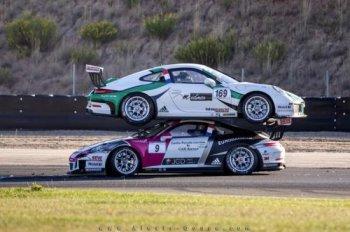 Hai xe Porsche đè đầu cưỡi cổ nhau trên đường đua