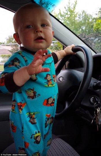"""Bé 17 tháng tuổi nhảy hip-hop cực """"cute"""" trên ô tô"""