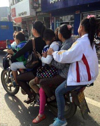 """Giật mình 5 trẻ em bị """"nhồi"""" trên một chiếc xe máy"""