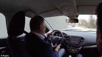 """Tổng thống Nga Putin """"quảng cáo"""" cho xe giá rẻ"""