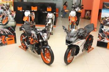 """KTM ra mắt mô tô 250cc """"nịnh"""" tay lái Việt, giá 145,9 triệu đồng"""