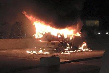 Ô tô cháy rụi không kịp dập giữa cầu Thanh Trì