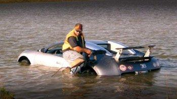 Lãnh án tù vì cho siêu xe Bugatti Veyron tắm hồ