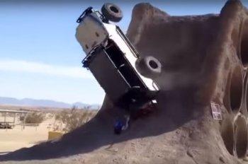 """Xe Jeep """"lật ngửa"""" trong màn """"leo núi"""" bất thành"""