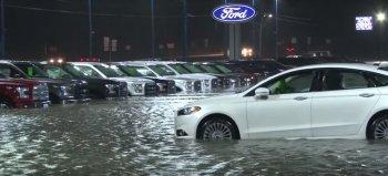 """Hơn 100 xe Ford bị """"chết đuối"""" trong mưa lũ"""