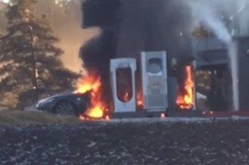 Tesla Model S cháy rụi bên trạm sạc