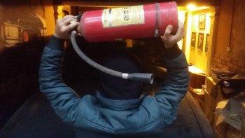 Khổ sở vì …bình cứu hỏa
